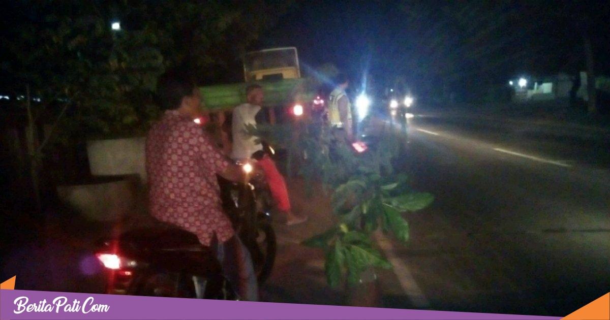 Pengendara Supra Dilarikan ke RS, Setelah Hantam Truk Parkir di Pantura Batangan