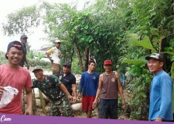 Warga Jakenan dan Relawan, Perbaiki Tanggul Jebol di Desa Sendangsoko