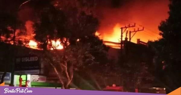 Api Berkobar, Toko Peralatan Audio di Pati Terbakar